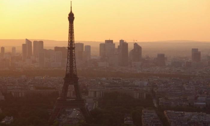 Paris adota sistema de rodízio de carros para diminuir a poluição