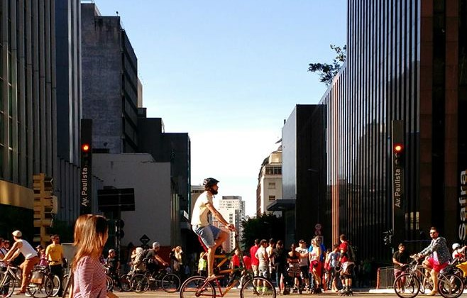 Ciclista e pedestres circulam na Paulista aberta durante inauguração da ciclovia